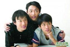 当三个男生紧紧的抱在一起